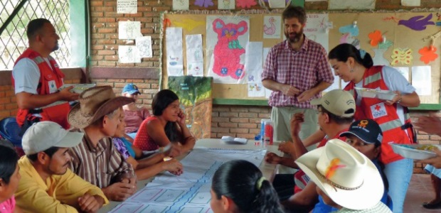 People in a Nicaraguan village play a game to learn how climate change adaptation, ecosystem management and disaster risk reduction fit together (Photo: Maya Schaerer/NLRC)