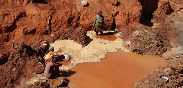 Small-scale gold miners in Madagascar. Photo: Global Environment Facility