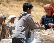 Waste pickers packing up the recyclable materials, Peru (Photo: Alex Proimos, Creative Commons via Flickr)