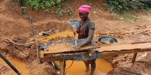 Eighteen-year-old Maame Esi Rose, who washes ore to help her and two younger siblings survive, will contribute to the artisanal and small-scale mining sector dialogue in Ghana (Photo: IIED)