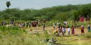 Villagers dig out a silted up water tank, paid for by India's National Rural Employment Guarantee Act (Photo: Mackay Savage, Creative Commons via Wikimedia)