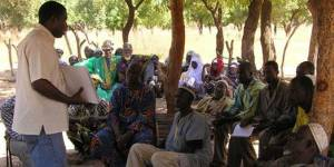 People from a village in Mali listen to a man providing legal literacy training to raise their awareness on the law and land rights. Photo: Lorenzo Cotula.