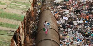 The journey to fetch fresh water for a resident of the Dharavi slum in Mumbai, India (Photo: Meena Kadri, Creative Commons via Flickr)