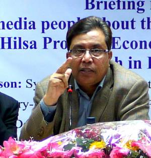 Director general of the Bangladesh Department of Fisheries Syed Arif Azad discusses policy for hilsa fisheries management (Photo: Essam Yassin Mohammed/IIED)