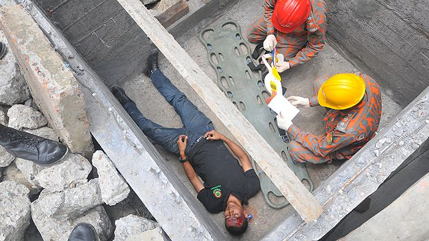 An image of a man faking injury being treated by a Bangladesh firefighter as part of a training exercise on collaborative search and rescue operations, helping the city to respond more effectively to disasters (Photo: Oregon National Guard, Creative Commons via Flickr)