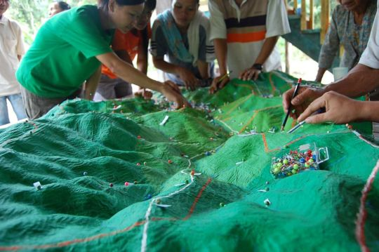 Community researchers prepare a participatory 3D map of Ulu Papar.