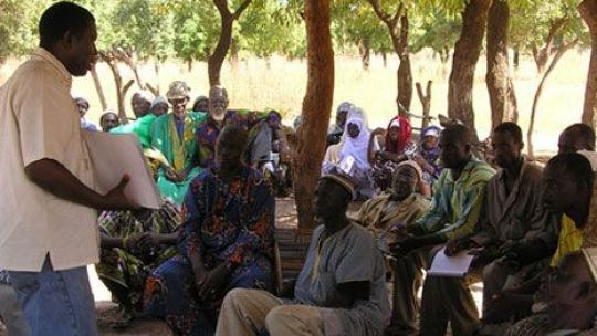 Villagers in Mali listen to a trainer providing information about legal rights in the context of mining operations. (Photo: Lorenzo Cotula/IIED)