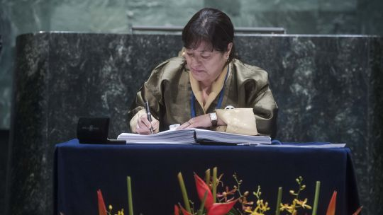 The Permanent Representative of the Kingdom of Bhutan to the UN, Kunzang Choden Namgyel, signs the Paris Agreement on Climate Change (Photo: Amanda Voisard, UN Photo)