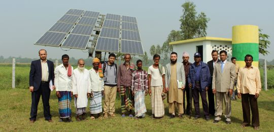 On a field trip to Dhamrai, course participants learned about the typical costs for installing and operating solar irrigation pumps to provide off-grid irrigation. (Photo: ICCCAD, Creative Commons via Flickr)