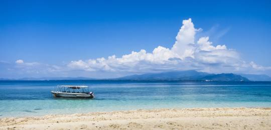 A boat near Fiji. Tourism and fishing are important industries for the Pacific nation of Fiji. Both of these economically important sectors depend on effective marine conservation (Photo: Sam Gao, Creative Commons via Flickr)