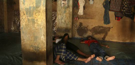 Jakarta: migrants from rural villages sleeping in an area that they rent for Rp 1.000,- (10 cents Euro) per night per person. There can be more than 50 people living and sleeping in this area at one time (Photo: Henry Ismail, Creative Commons via Flickr)