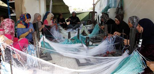 Syria refugees in Lebanon learn how to make fishing nets, a skill which will help them find work along the northern coast (Photo: DFID, Creative Commons, via Flickr)