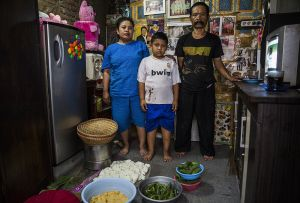 Food vending provides a livelihood for Ato, wife Wanti and their four-year-old son (Photo: Kemal Jufri/Panos Pictures)