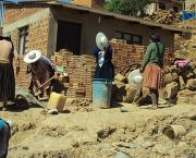 An image showing local people building a house in a slum in Bolivia, where Shack Dwellers International has worked with authorities. Many Latin American cities are leading the way in working with community organisations (Photo: Shack Dwellers International, Creative Commons, via Flickr)