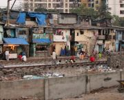 Informal settlements lining the railway tracks in Mumbai (Photo: gloogun, Creative Commons via Flickr)