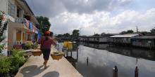 Investments in community infrastructure – like this canalside walkway in Bangkok – can help to build resilience for low-income urban residents. Funding for this type of local improvement should be a priority for climate change financing (Photo: Ruth Mcleod)