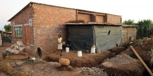 House under construction. In Harare, construction and infrastructure works were carried out by the community, while city authorities and Dialogue on Shelter provided technical support and some machinery. (Photo: Slum Dwellers International, Creative Commons via Flickr)