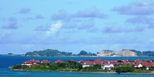 Landscape of an island with houses and vegetation surrounded by the sea.