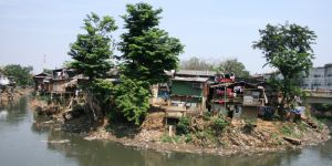 A riverbank settlement in Indonesia illustrates the vulnerability of residents to both flooding and pollution (Photo: Isabelle Lemaire/IIED)
