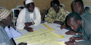 Participants developing the Ngiagagniao rural community map (Photo: Bara Guèye)