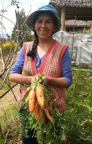 A Bolivian farmer shows off carrots she has produced (Photo: Fundación Alternativas)