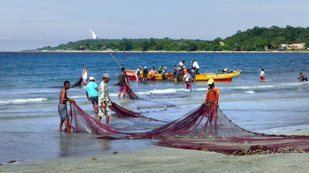 Artisanal fishermen in the Philippines. In a nation made up of 7,100 islands, small-scale fishing provides livelihoods to hundreds of thousands of people.  (Photo: Bernard Spragg. NZ, Creative Commons via Flickr)