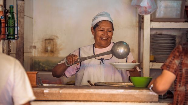 A cook serves up the daily soup at the Achumani market in La Paz (Photo: Mauricio Panoso)