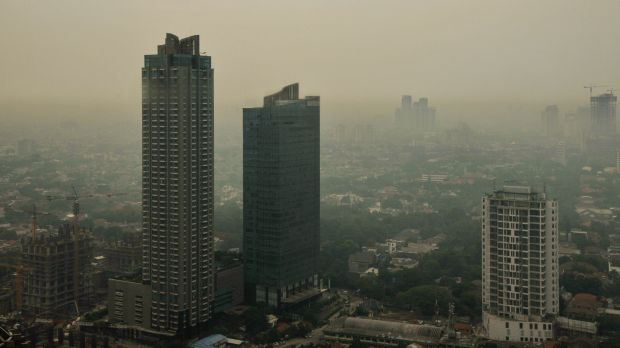 Early morning in the Indonesian city of Jakarta reveals heavy air pollution, largely caused by its notorious traffic jams. (Photo: Aaron Minnick/World Resources Institute, Creative Commons via Flickr)