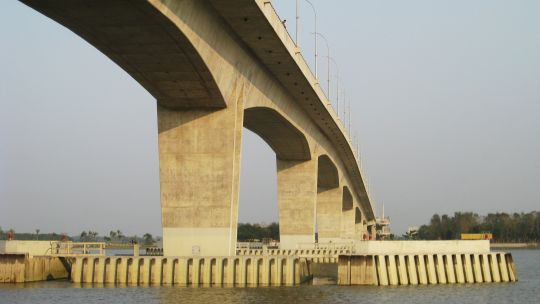The Rupsha Bridge provides a floodproof link between Khulna and Mongla (Photo: Tarif Ezaz, via Wikimedia Commons)