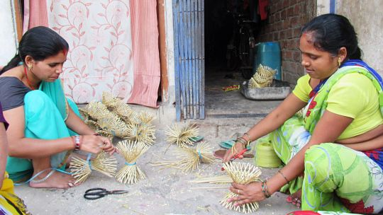 Home workers making bouquets (Photo: Siddharth Agarwal/UHRC)