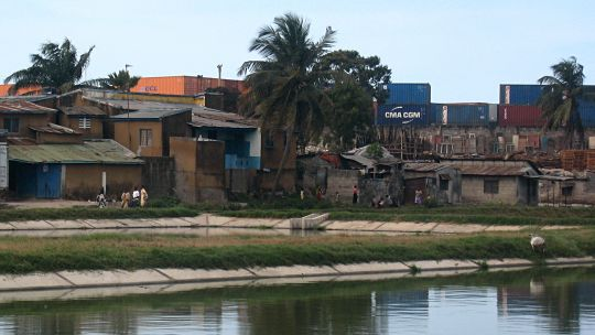 Many residents of Dar es Salaam live in informal settlements and are vulnerable to a wide range of climate threats, including sea-level rise and coastal erosion and  flooding (Photo: Diana Mitlin/IIED)