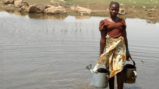 Woman collects water for irrigation in Selingue, Mali. Photo: Khanh Tran-Thanh