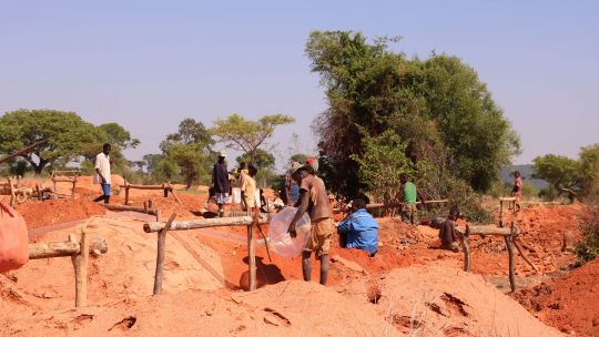 Pits at Bekily sapphire mine in Toliara are on average 18 meters deep (Photo: Andry Rabemanantsoa/GIZ PAGE Madagascar)