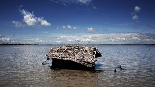 A house on the island of Padma Pakur is submerged by the rising waters (Photo: Espen Rasmussen/PANOS)