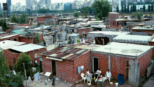 The Retiro district of Buenos Aires features affluent shopping and business areas close to a large shanty town where many homes don't have running water (Photo: Mark Edwards/IIED)