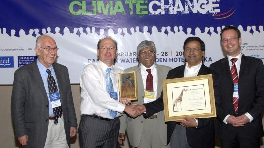 "Conference organiser Saleemul Huq receives the ""Burtoni"" award: from left to right: Ian Burton (IPCC lead author), Roger Jones (CSIRO), Atiq Rahman (BCAS), Saleemul Huq (IIED) and Richard Klein (SEI) (Photo: IISD)"
