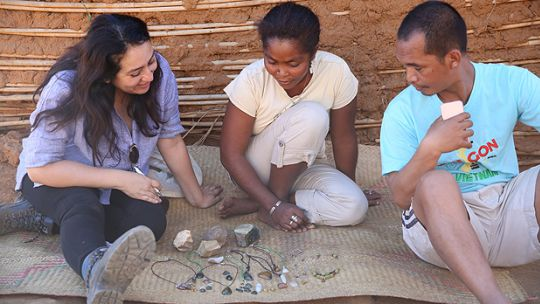 A woman shows Gabriela Flores, left, some of the jewellery she has made after attending a jewellery-making workshop in Ilakaka, Madagascar (Photo: GIZ Madagascar)